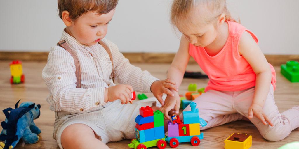 Spielende Kleinkinder mit Bauklötzen