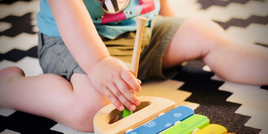 Spielendes Kleinkind mit Glockenspiel